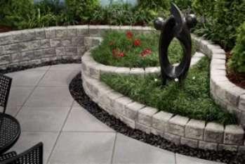 Подпорная стенка из бетона в саду